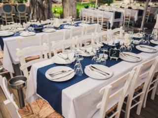 Modro-bílá dekorace svatební tabule na venkovní svatbě