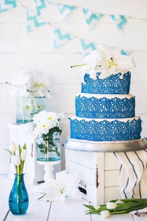 Modro-bílý patrový svatební dort s liliemi