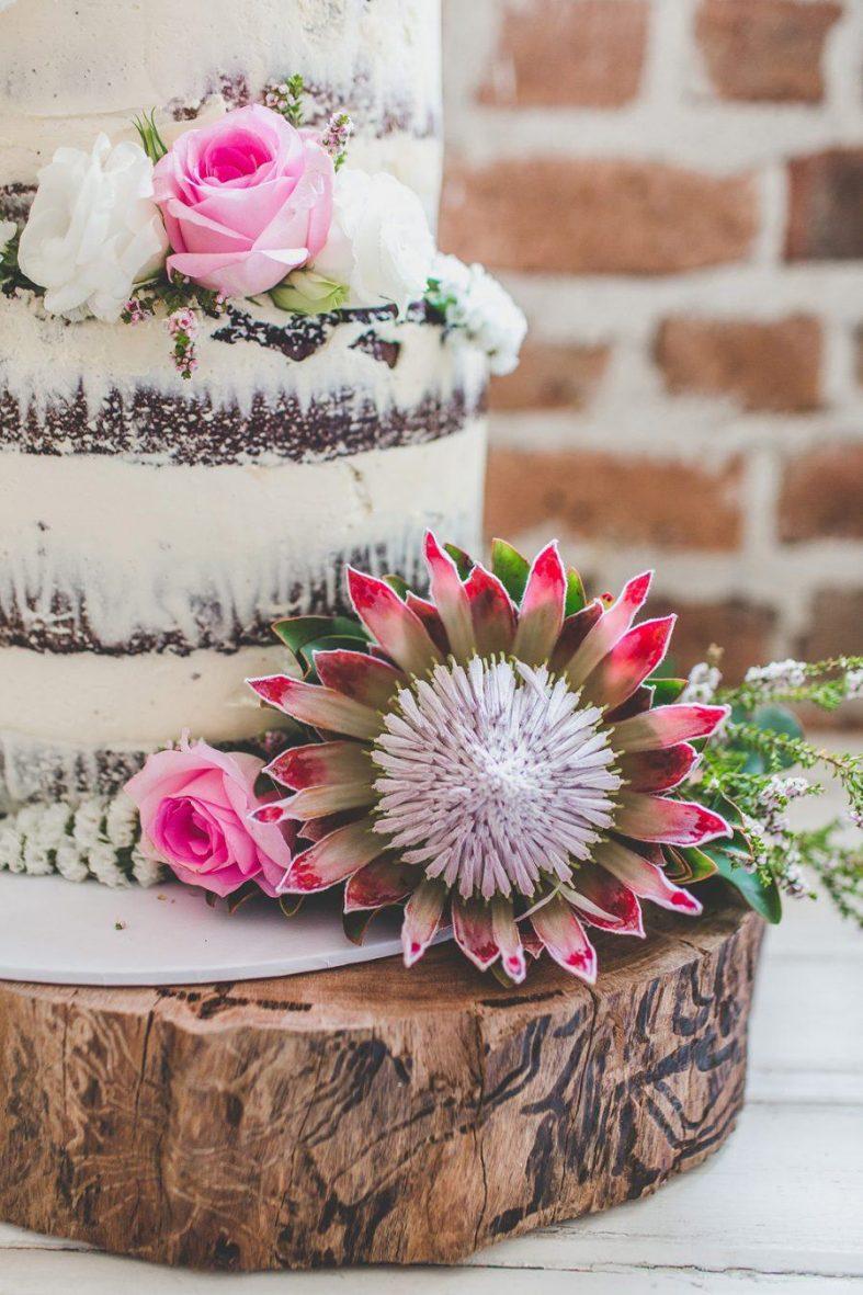Nahý dort zdobený květy