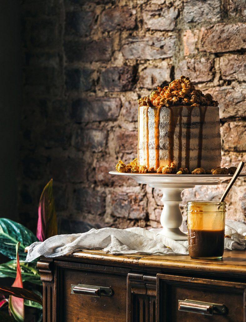 Jednopatrový svatební dort zdobený ořechy