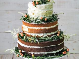 Třípatrový bílo-hnědo-zelený svatební dort