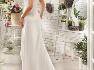 Nevěsta v dlouhých svatebních šatech s rozpuštěnými vlasy