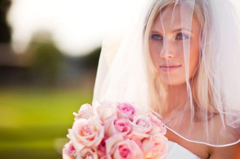 Nevěsta s kyticí růží