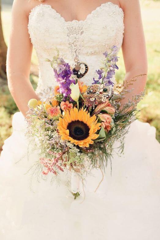 Nevěsta se slunečnicovou svatební kyticí