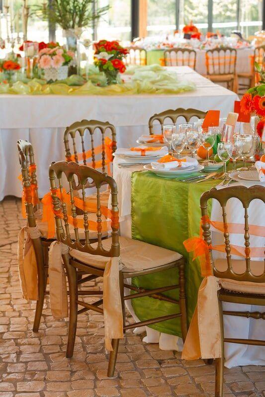 Oranžově dekorované židle