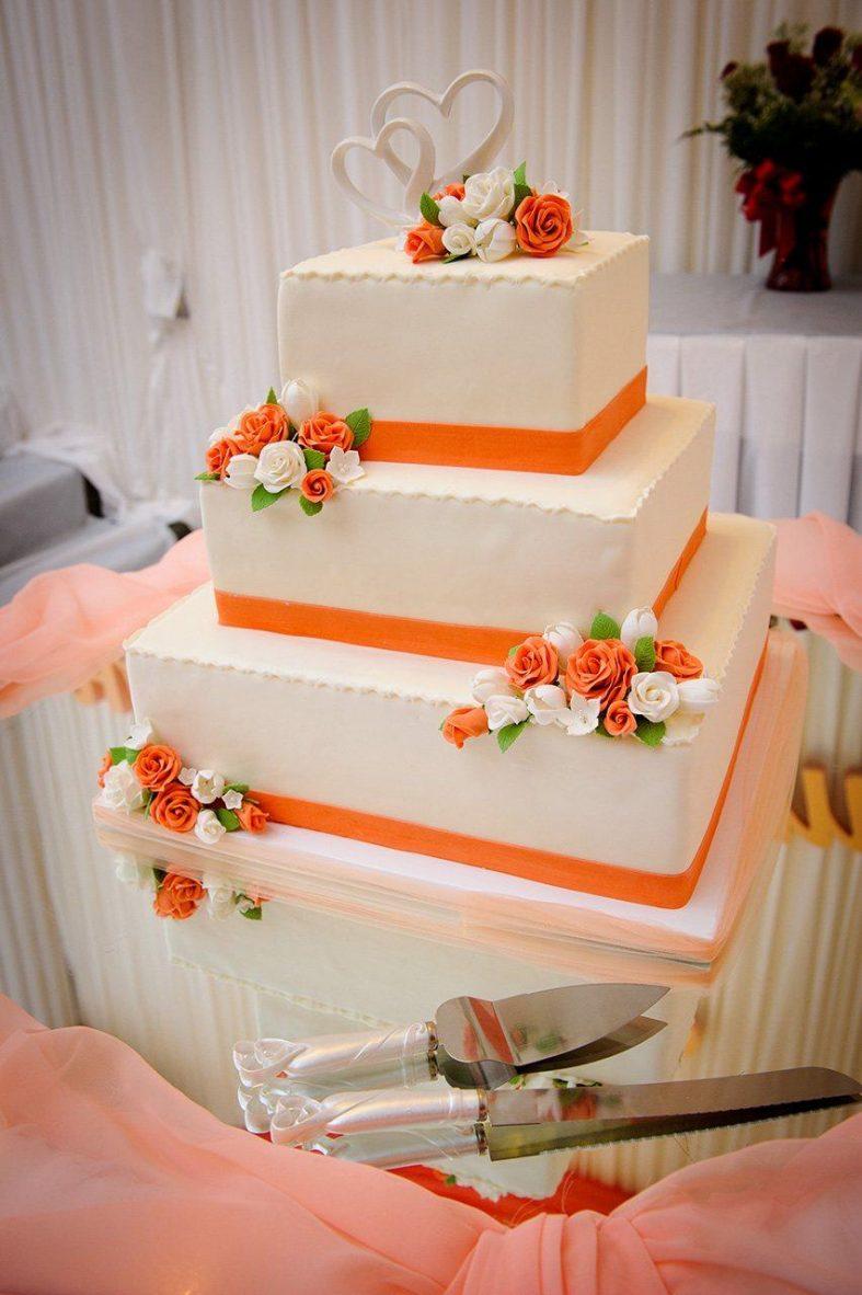 Oranžovo-béžový patrový svatební dort