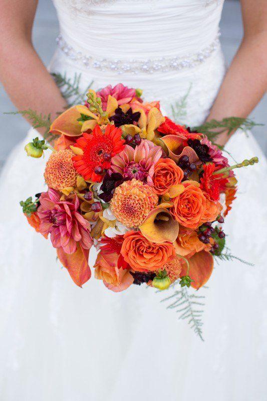 Oranžovo-červená svatební kytice z kal a jiřin