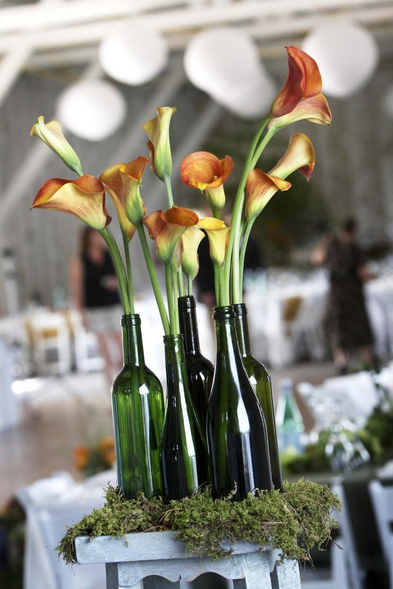 Oranžovo-hnědé kaly na svatební tabuli