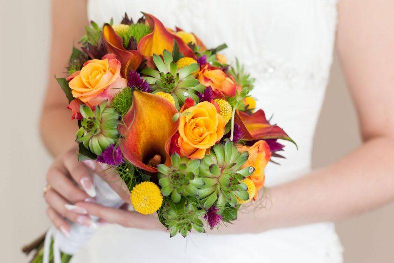 Oranžovo-zelená svatební kytice s růžemi a kalami