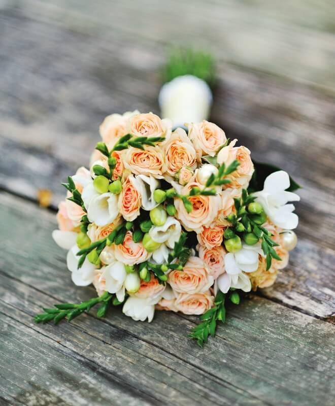Oranžovo bílá svatební kytice