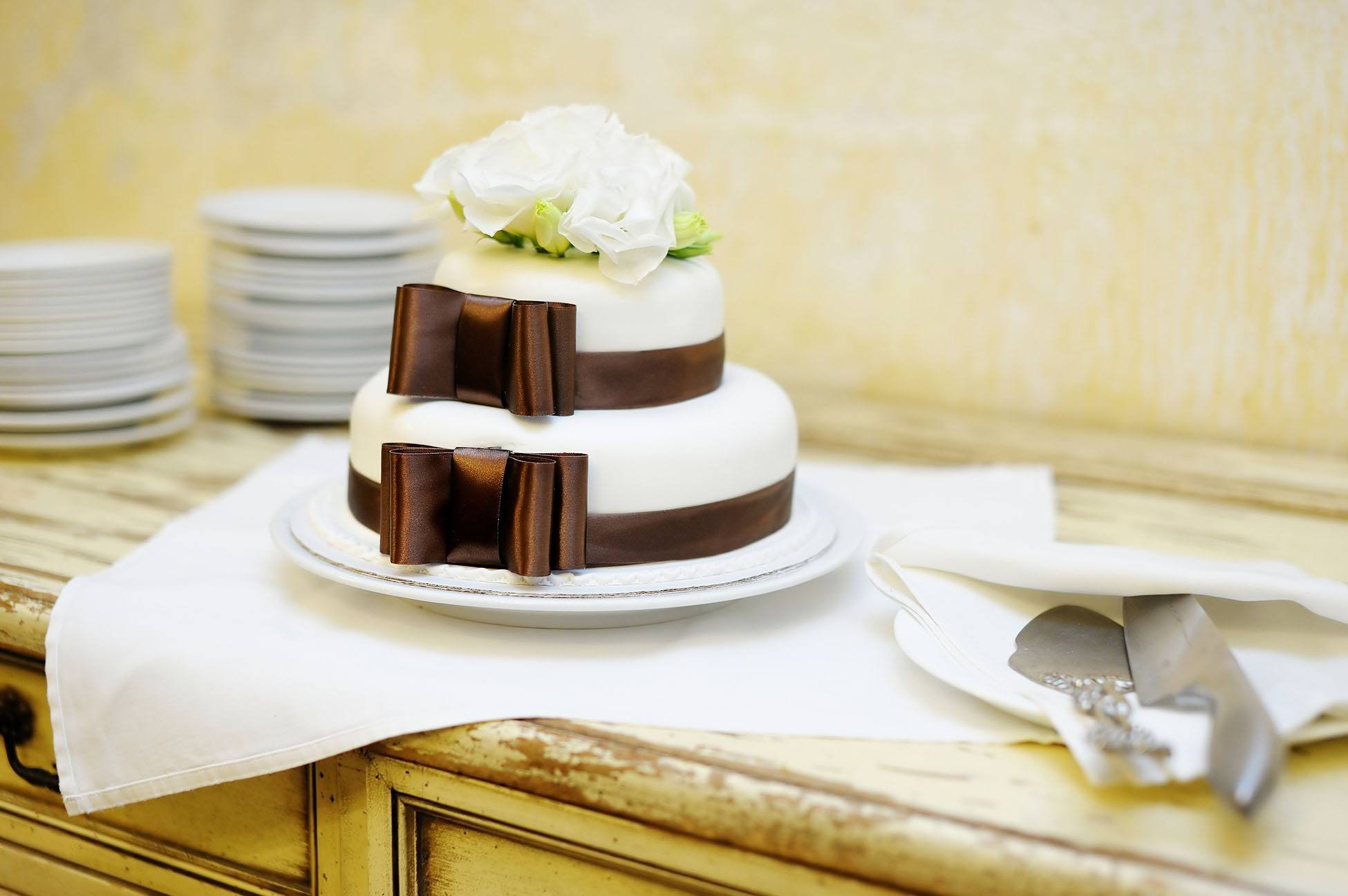 Patrový bílo-hnědý dort