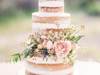 Patrový dort bez polevy zdobený květinami