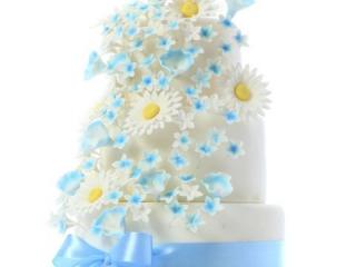 Patrový bílo-modrý dort s fondánovými kopretinami