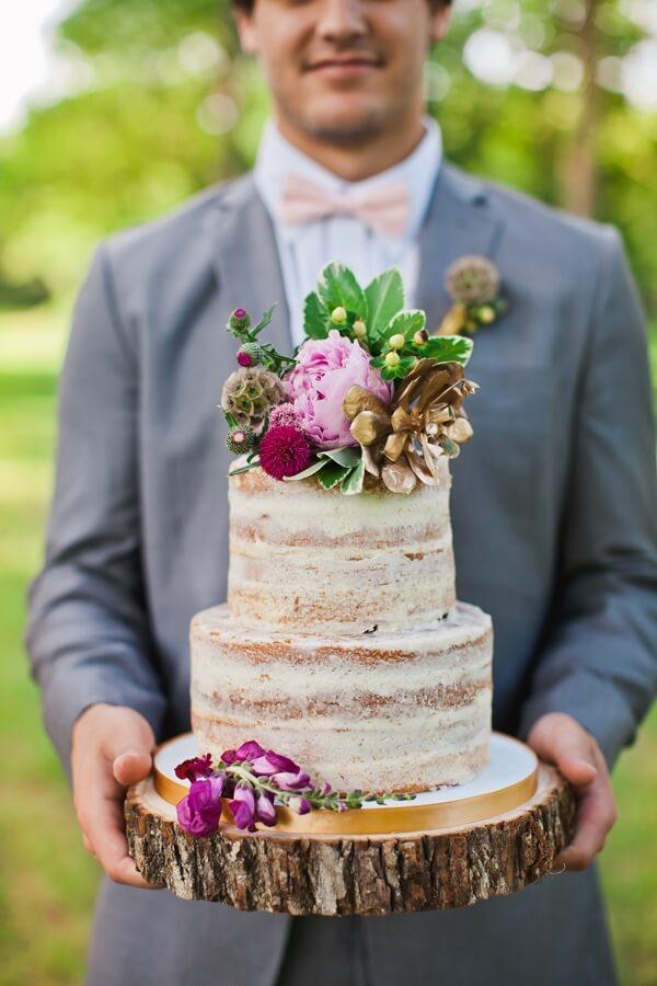 Patrový dort položený na dřevěném masivu