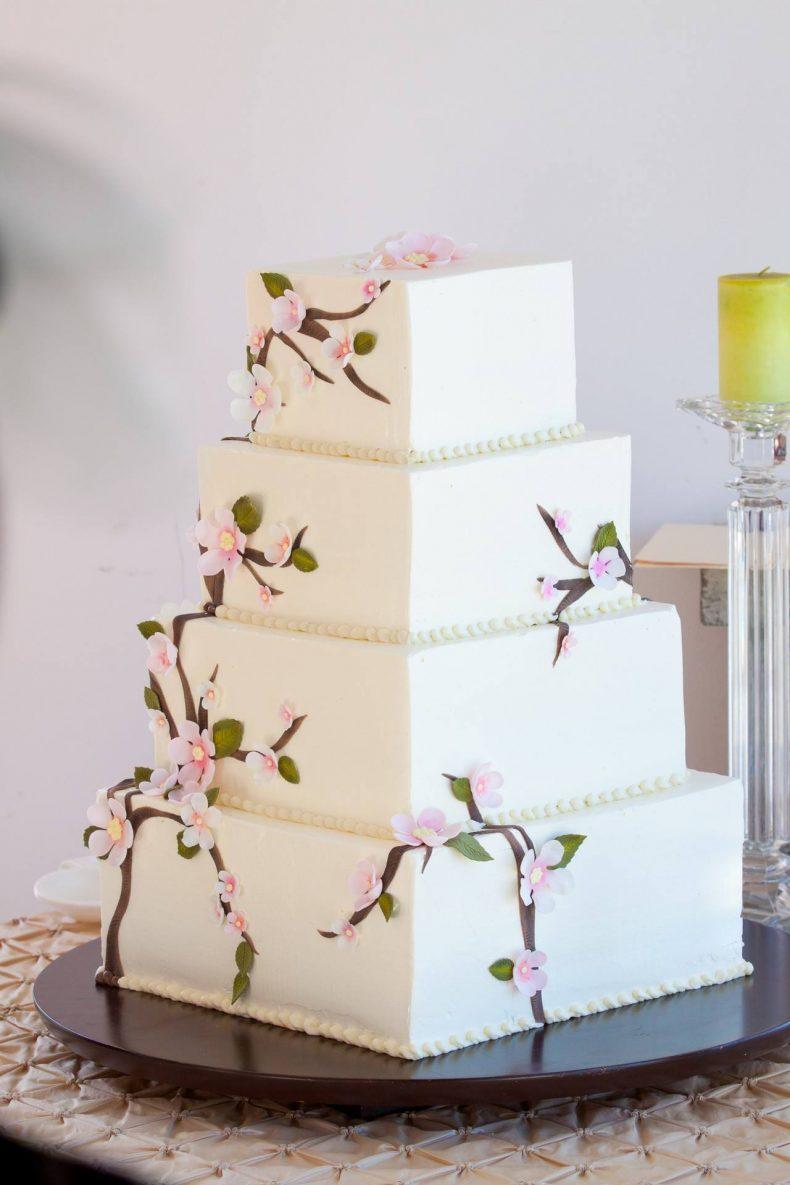 Patrový svatební dort zdobený drobnými kvítky
