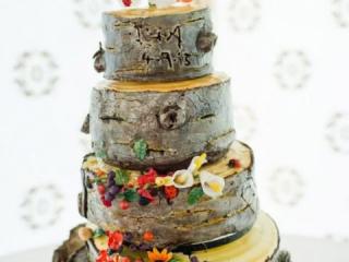 Patrový dřevěný dort zdobený kvítky