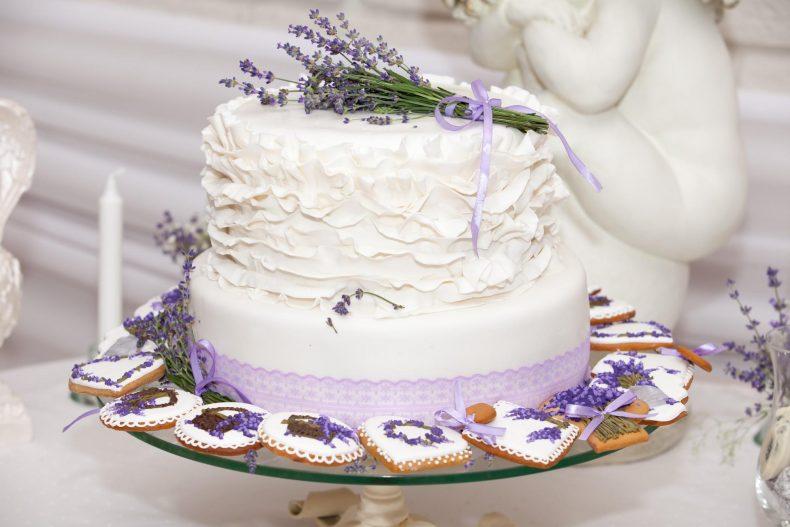 Bílo-fialový patrový svatební dort s levandulí