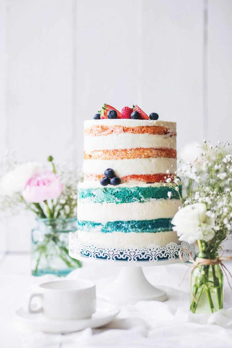 Patrový svatební nahý dort s lesními plody