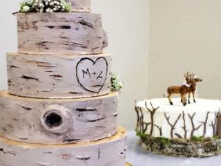 Pětipatrový svatební dort vytvořený z břízy