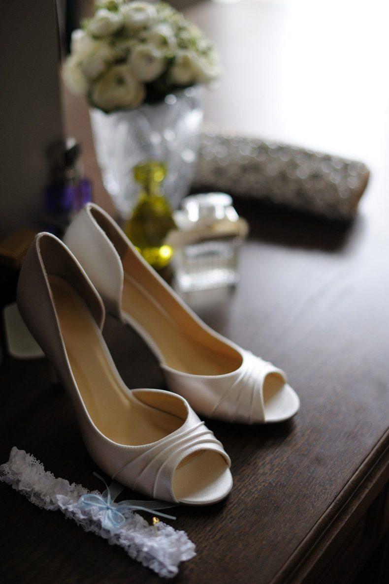 Podvazek a bílé boty na podpatku