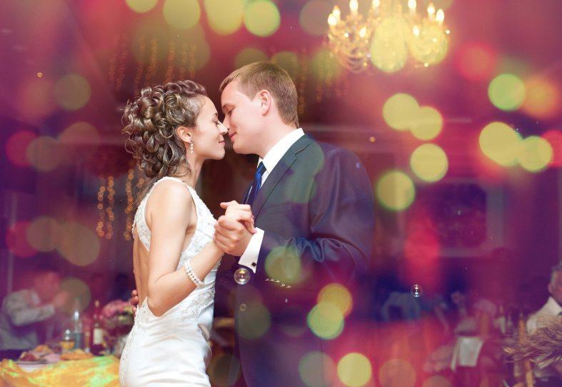 Ženich s nevěstou tančí svůj první novomanželský tanec