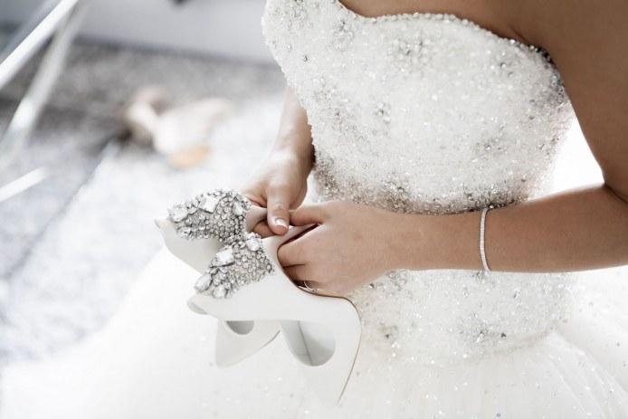 Svatební šaty zdobené kamínky