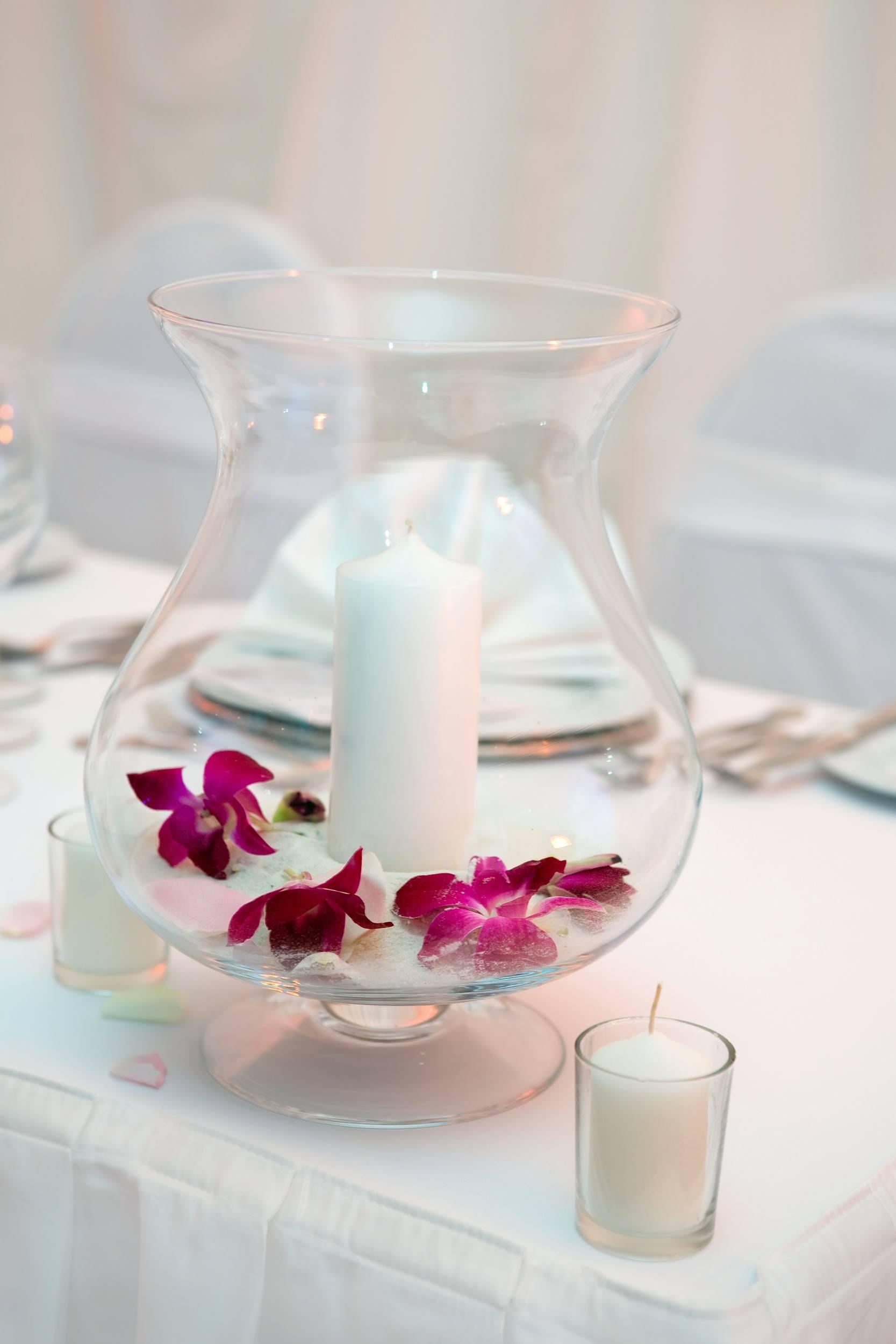 Skleněná váza s bílou svíčkou