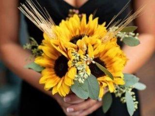 Slunečnicová kytice doplněná klasy pšenice