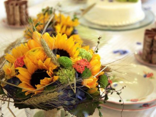 Slunečnicová kytice na svatební tabuli