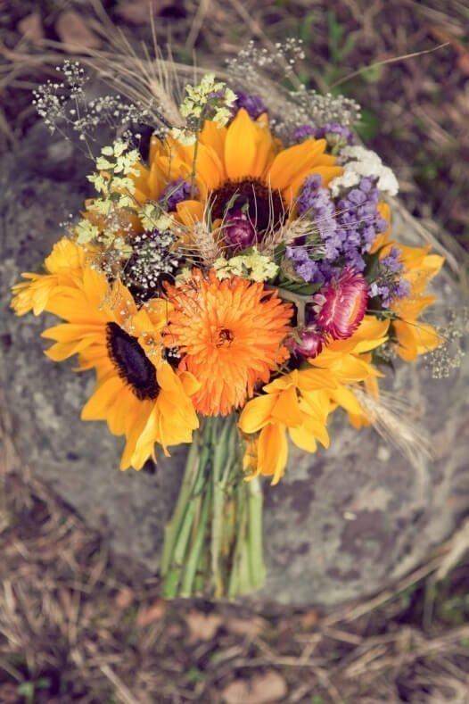 Slunečnicová kytice se slamněnkami a polními kvítky