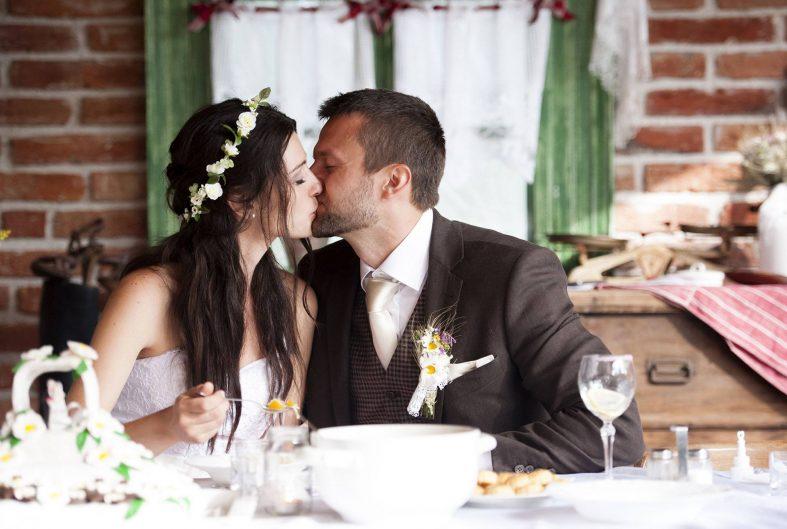 Novomanželé společně jedí polévku