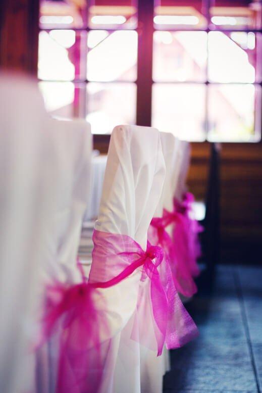 Svatební dekorace židlí