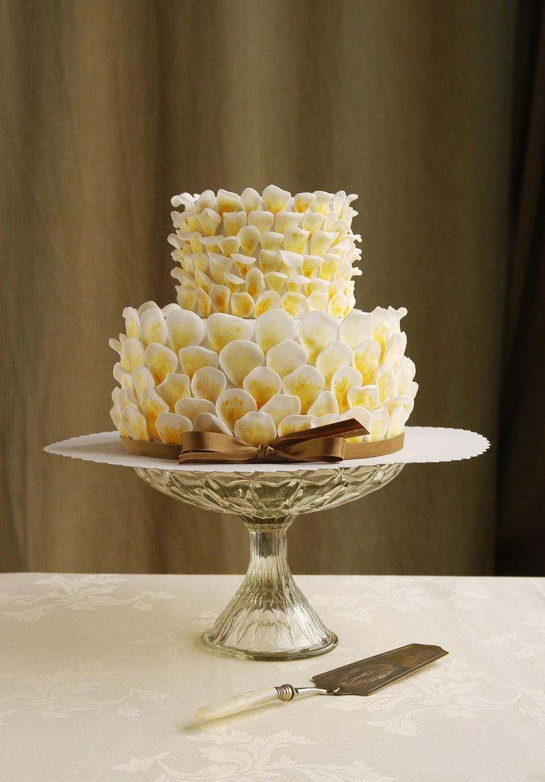Svatební dort s okvětními lístky z fondánu