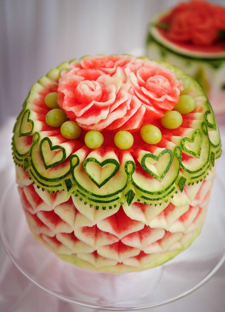 Svatební dort vyřezaný z melounu