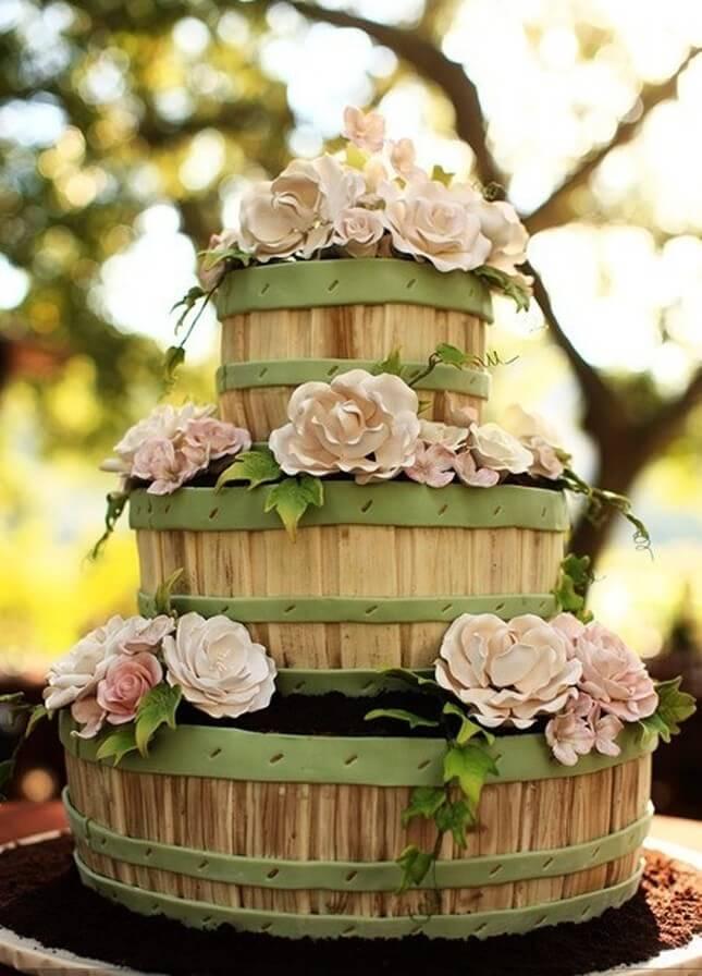Svatební dort vytvořený z barelů