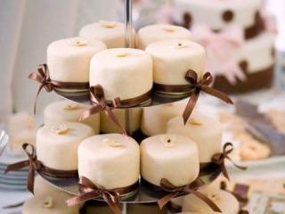 Svatební dortíčky s béžovým fondánem
