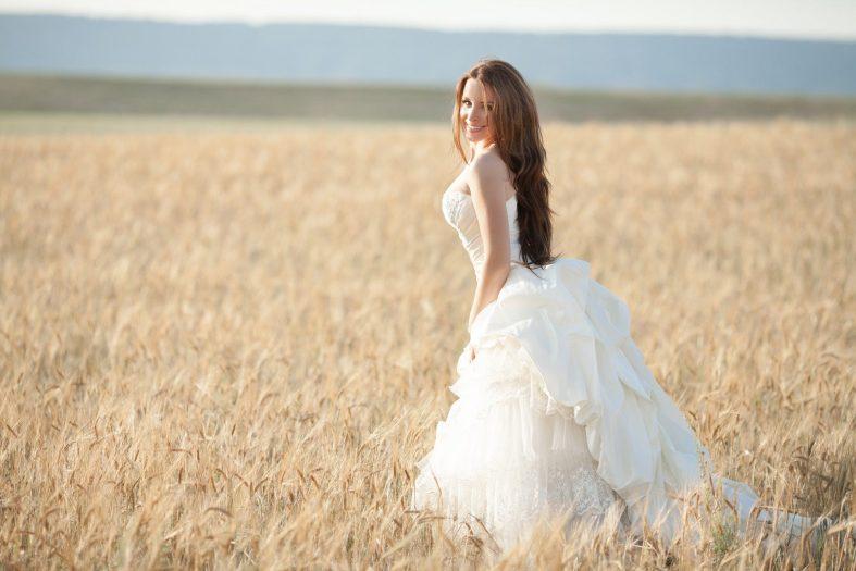 Pole plné žita můžete využít pro svatební fotografii