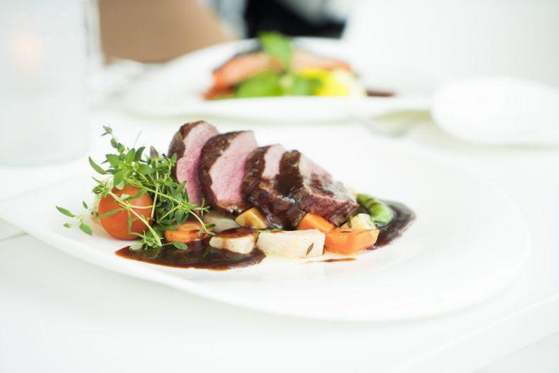 Svatební hostina - jídlo od cateringové společnosti