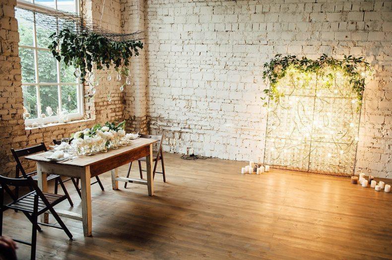 Svatební hostina v rustikálním stylu s květinovou výzbobou z pivoněk
