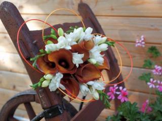 Svatební kytice z hnědých kal a bílých frézií