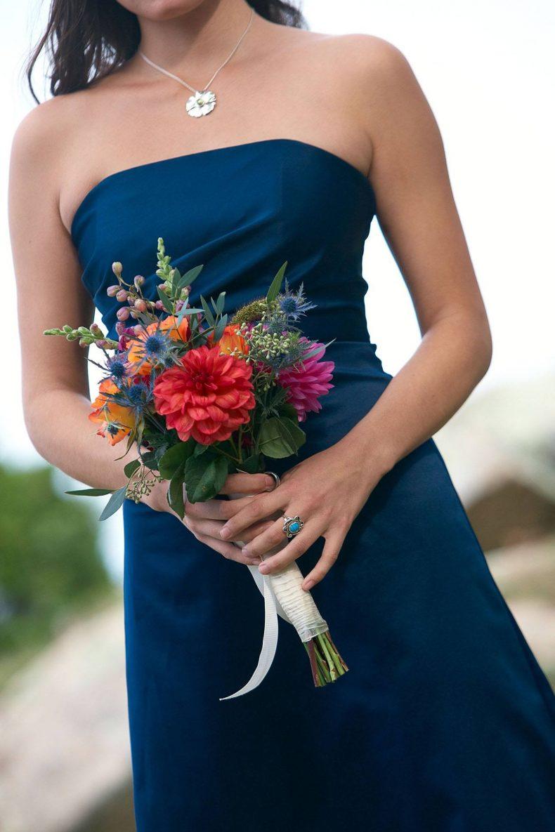Svatební kytice z jiřin, frézií a bodláčí