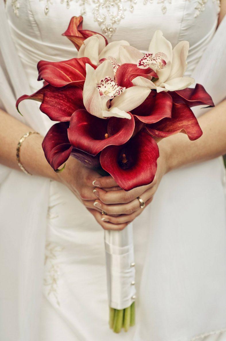Svatební kytice z červených kal a bílých orchidejí