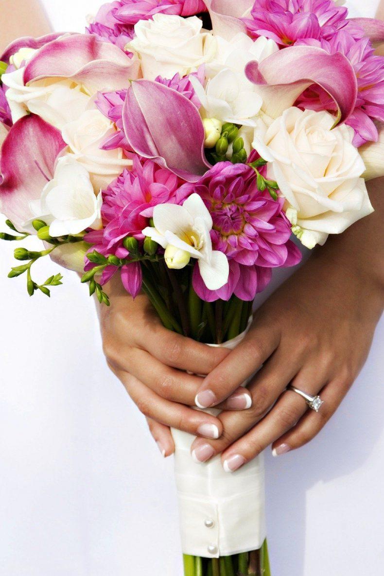 Svatební kytice z kal, růží a jiřin