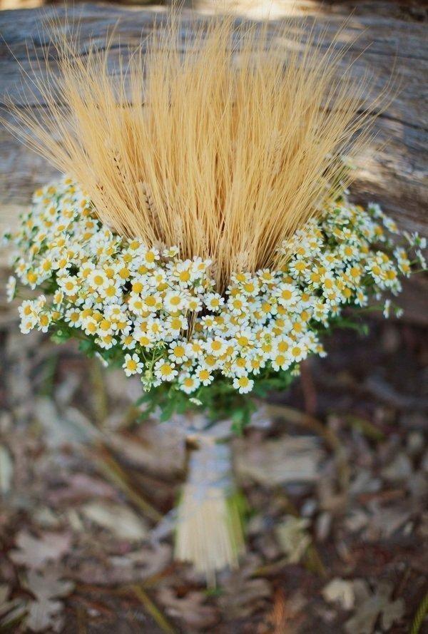 Svatební kytice s obilnými klasy a květy heřmánku