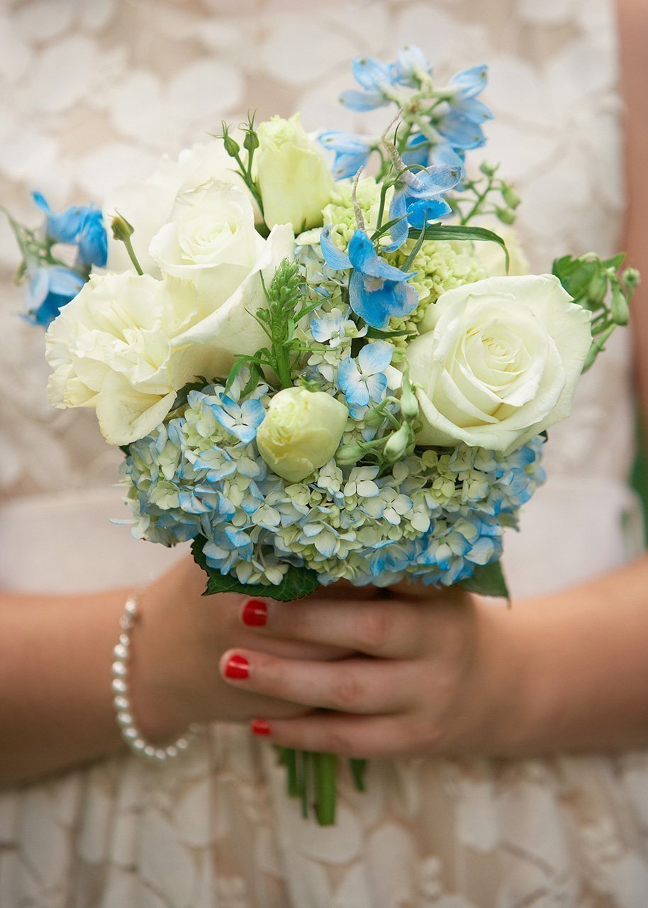 Jednoduchá krémovo-modrá svatební kytice