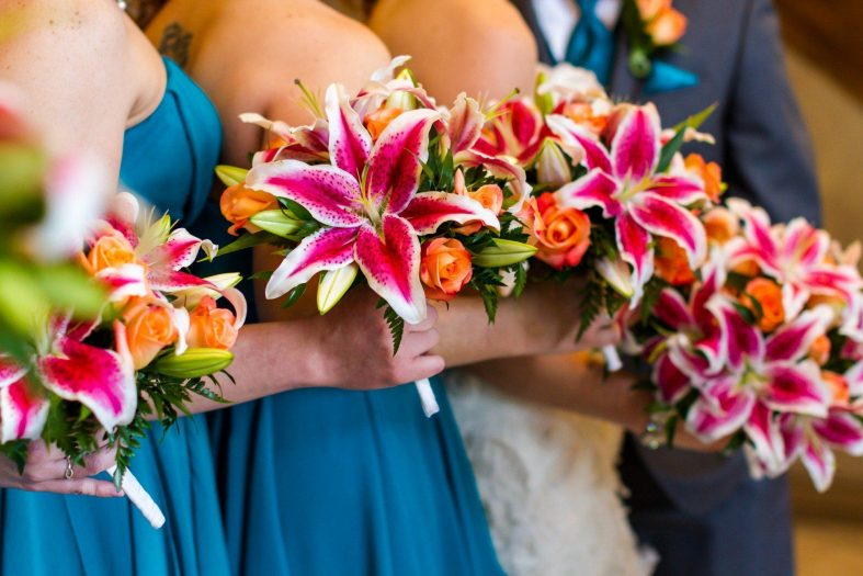 Svatební kytice z lilií královských a oranžových růží