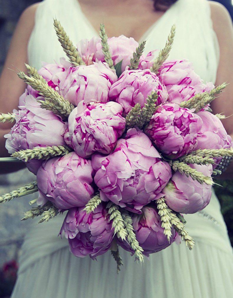 Svatební kytice s pivoňkami a pšenicí