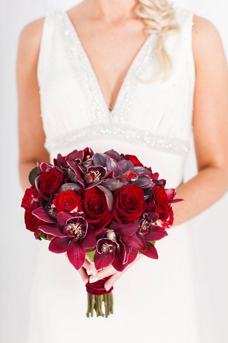 Kulatá svatební kytice z rudých růží a orchidejí