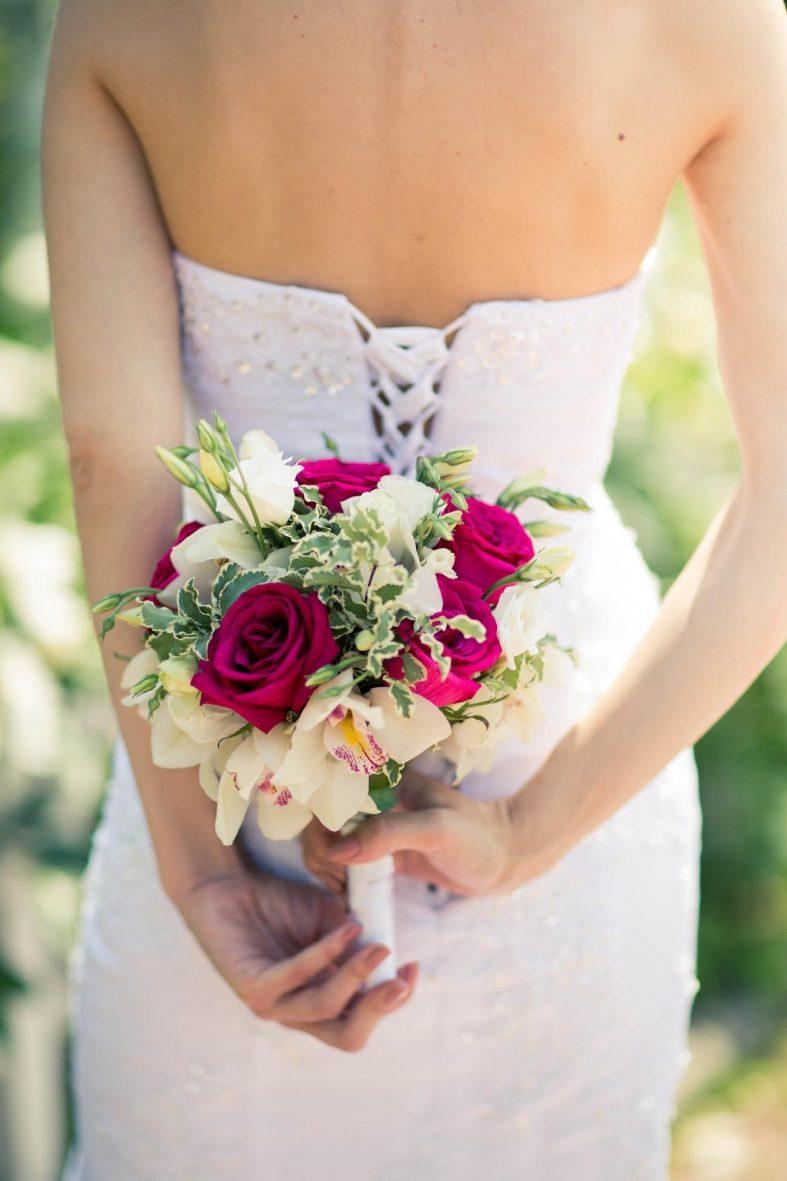 Svatební kytice z růžových růží a krémovými orchidejí