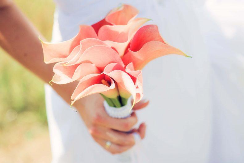 Jednoduchá svatební kytice z růžových kal
